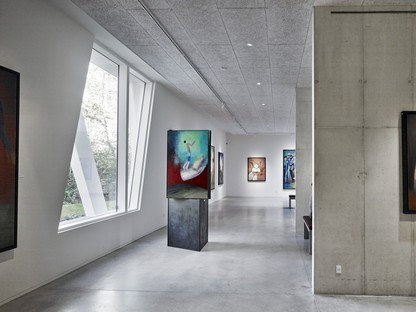 Henning Larsen Architects Art Pavilion Videbæk Danemark### 1:13461:1:2:134643:abstract Un agrandissement qui conserve l'atmosphère de l'édifice principal et établit un lien étroit avec la nature environnante: le studio Henning Larsen Architects a signé l'extension du Vestjyllands Kunstpavillon de Videbæk, au Danemark.
