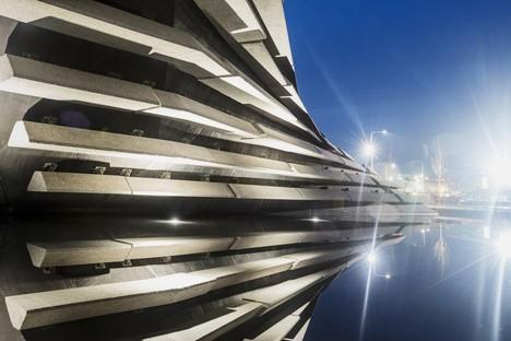 Le musée V&A Dundee conçu par Kengo Kuma ouvrira ses portes en septembre ### 1:13532:1:2:135616:abstract L'inauguration du premier musée écossais du design se déroulera le 15 septembre 2018. Le projet est signé par l'architecte japonais Kengo Kuma qui, le 9 février, a visité pour la première fois le chantier achevé.