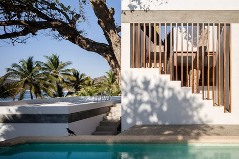Main Office conçoit une maison immergée dans le paysage tropical au Mexique