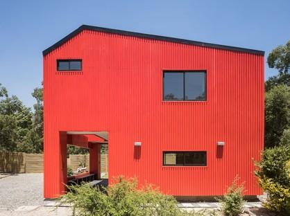 Felipe Assadi Arquitectos conçoit La Roja, une maison rouge au milieu des montagnes du Chili