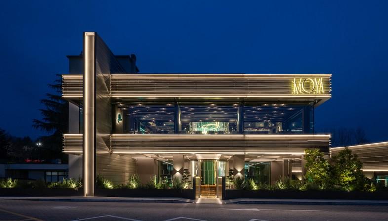 Maurizio Lai installations lumineuses et géométries pour un restaurant