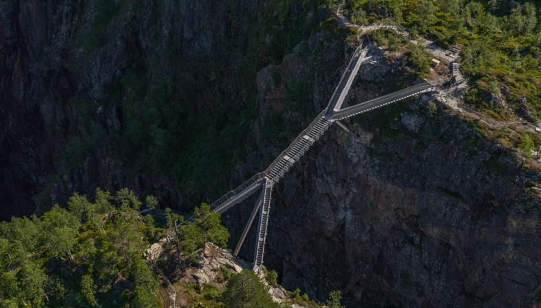 Carl-Viggo Hølmebakk pont piétonnier sur la cascade Vøringsfossen Norvège