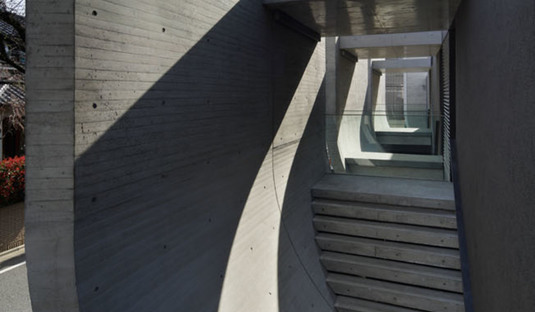 Le cabinet ARTechnic architects réalise à Tokyo le Breeze, un complexe comprenant des unités résidentielles et un bureau