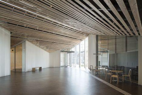 Kengo Kuma a conçu le centre communautaire Towada City Plaza