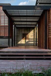 TA-CHA Design signe la Binary Wood House à Pak Chong en Thaïlande