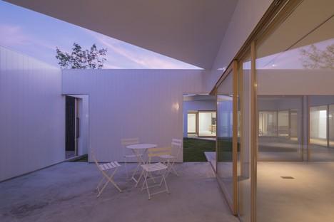 Tato Architects réalise à Hofu une maison et des bureaux attenants