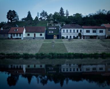 Le cabinet Kuba & Pilař réalise une villa sur les berges d'une rivière à Znaïm (République tchèque)