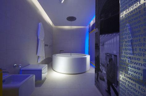 La salle de bains de la suite jaune avec la baignoire au milieu de la pièce