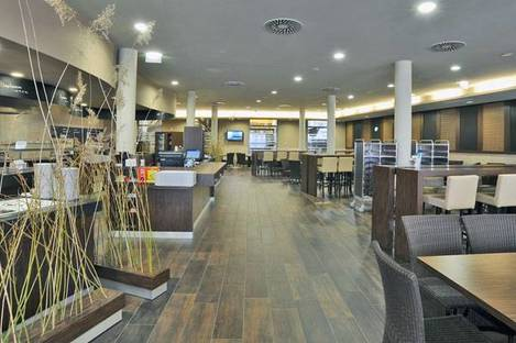 Restaurant avec revêtement de sol en Rovere Antico d'Ariostea