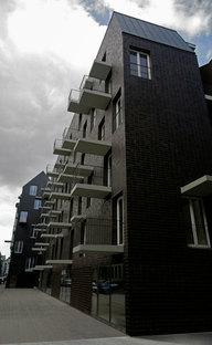 Le profil de l'édifice avec les balcons et les auvents