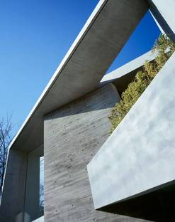Détail du balcon en ciment et de la coupure dans la couverture