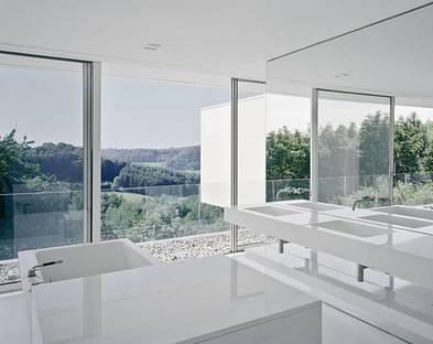 Il bagno con elementi e rivestimenti in Corian(r) bianco lucido