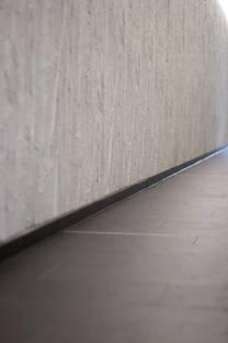 Lastra nera del pavimento e decoro murale con bambù
