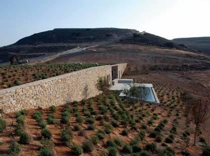 Il fronte della piscina con muro in pietre a secco