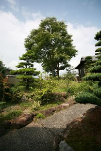 Ogawa : la nature et l'architecture dans la maison avec des arbres à Kagawa