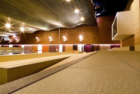 Concevoir les espaces de bien-être. Design émotionnel et surfaces en grès cérame technique