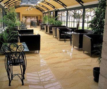 Hôtels : des espaces d'accueil et de bien-être, notamment grâce aux surfaces en grès