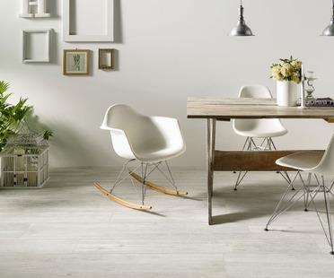 De nouveaux espaces domestiques avec les surfaces Ariostea effet bois