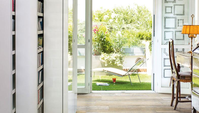 Nuovi ambienti domestici con le superfici Ariostea effetto legno