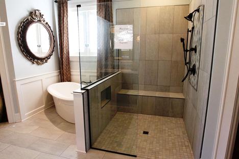 Les surfaces en grès cérame Stonepeak dans les salles de bain contemporaines