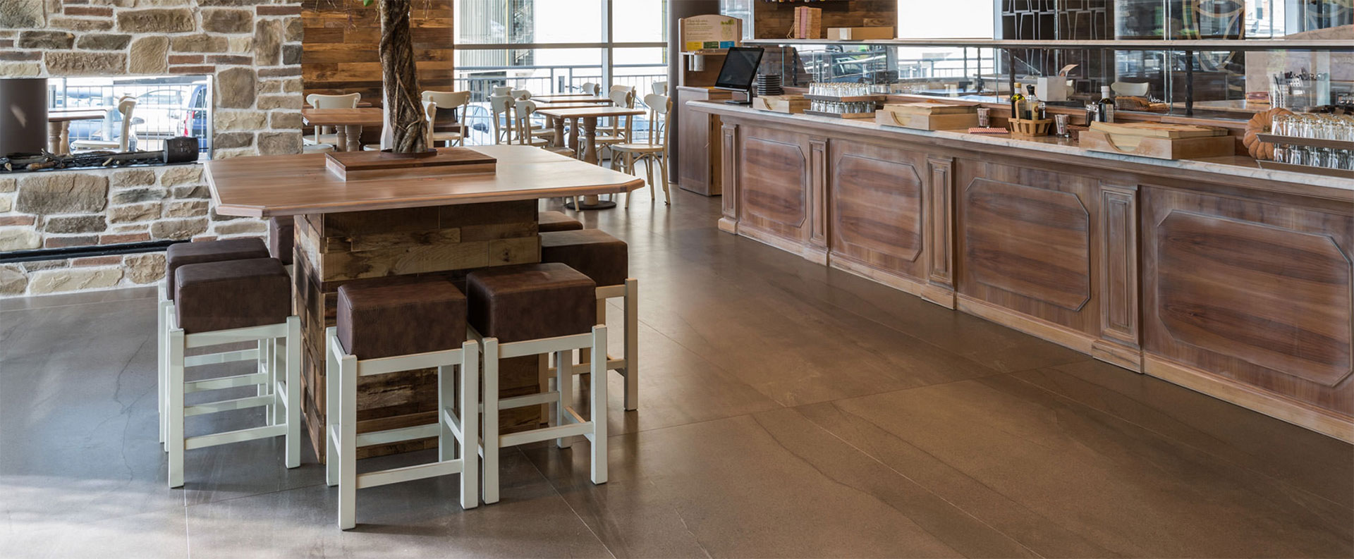 Des surfaces de bars et de restaurants parfaites avec les collections en grès cérame FMG