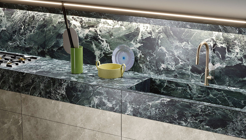 Black Diamond et Alpi Chiaro Venato de SapienStone déclinent le noir et le vert, les nouvelles couleurs tendance des cuisines.