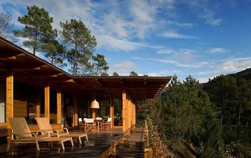 Maison en bois dans la réserve de Gerês (P). Carlos Castanheira + Clara Bastai
