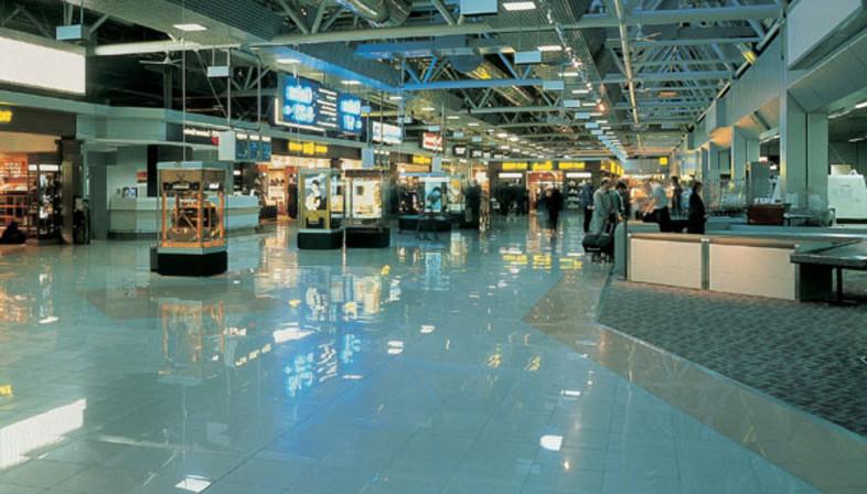 Gares et aéroports, des lieux publics aux sols en grès cérame.