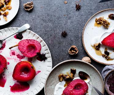 <strong>Poires pochées et noix caramélisées – recette de The Little Plantation</strong><br />