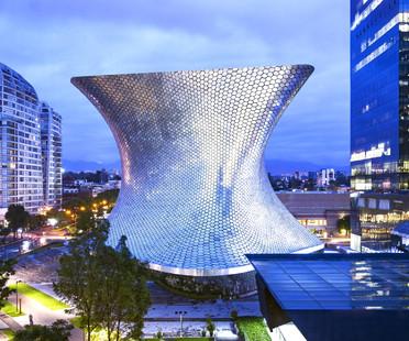 Une façade incurvée ornée d'hexagones en aluminium pour le musée Soumaya à Mexico