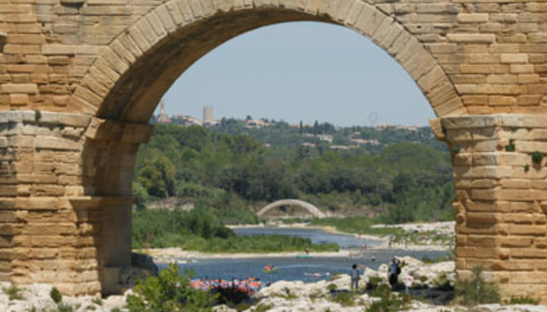 Shigeru Ban réalise un pont en tubes de carton : le petit frère du Pont du Gard
