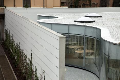 Double vitrage cintré à chaud pour la bibliothèque de Maranello conçue par Andrea Maffei Associati