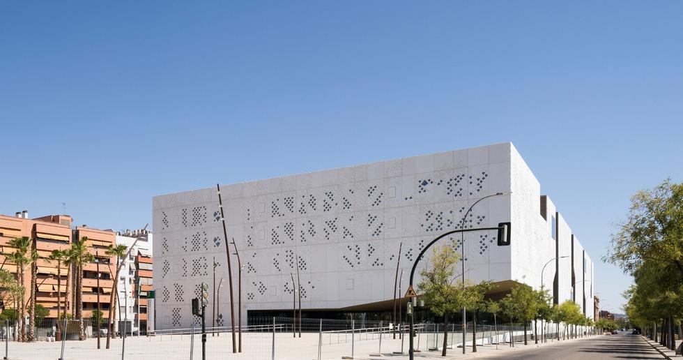 Façade en béton renforcé de fibres de verre pour le Palais de justice de Mecanoo à Cordoue