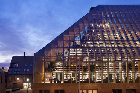 Une pyramide de livres en verre et bois lamellé-collé signée MVRDV