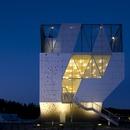 Dorte Mandrup construit une mini tour du sport caractérisée par une façade en aluminium