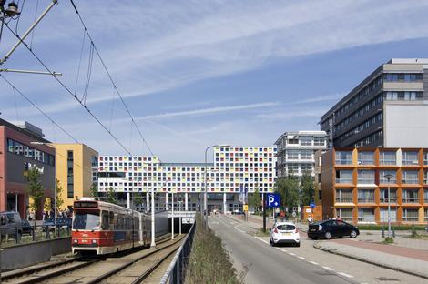 Façade en panneaux préfabriqués colorés pour le ROC de LIAG