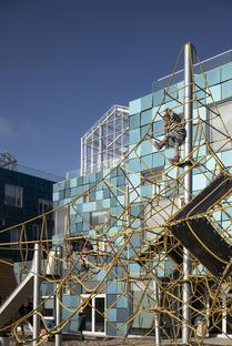 L'école internationale de Copenhague et sa façade en panneaux solaires signée C.F. Møller Architects
