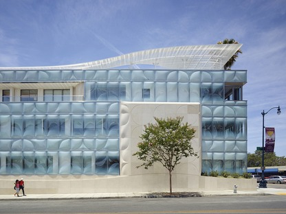 La nouvelle façade en vitrage façonné du siège social de Gores Group HQ en Californie est signée Belzberg Architects