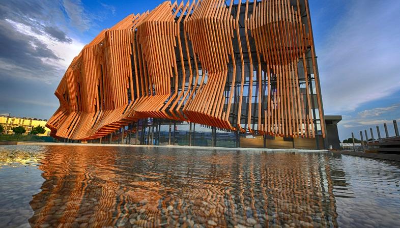 Le Showpalast en bois et en verre de GRAFT Architekten