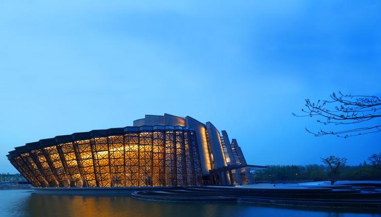 Kris Yao réalise à Wuzhen un théâtre de briques, d'acier et de verre