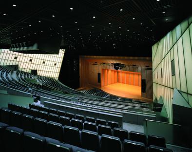 Arcs caténaires inversés pour le Tokyo International Forum de Viñoly.