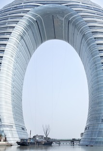 Le Sheraton signé MAD : un hôtel en anneau construit en béton, en verre et en aluminium