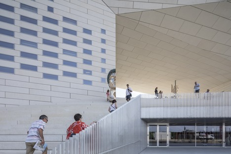 Une façade de béton préfabriqué pour la Méca de BIG & FREAKS