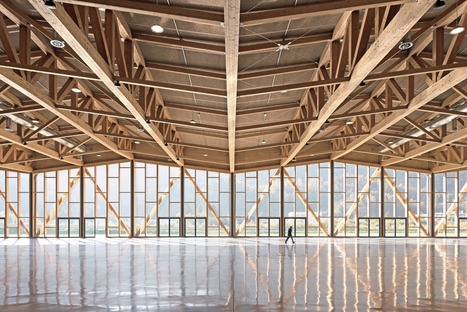 Le palais des congrès d'Agordo en bois lamellé-collé et en poutres de bois en treillis