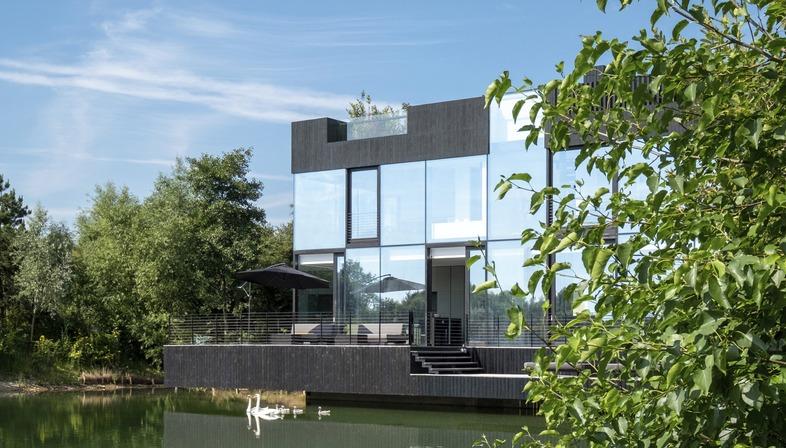 Mecanoo signe une villa sur pilotis en acier et en verre