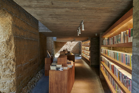 TAO Architects : béton et acier pour la restructuration et la transformation d'une maison en librairie