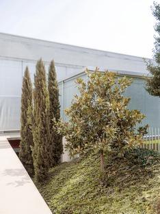 Une jardinerie en béton préfabriqué signée Studio Bressan