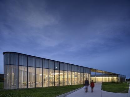 Façade en verre avec éléments photosensibles pour la bibliothèque Springdale de RDHA