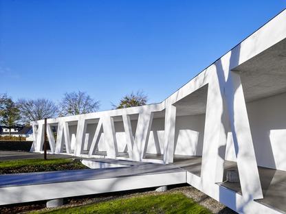 Henning Larsen réalise une galerie en béton armé sur les rives d'un lac