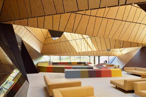 Le cabinet Enola architects signe une piscine couverte avec une structure en acier et en aluminium
